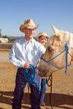 Vaquero, Cowgirl, y caballo - vertical Imagen de archivo libre de regalías