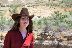 Vaquero de la muchacha en el desierto Fotos de archivo
