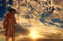 Vaquero en el fondo de la puesta del sol con un águila Fotografía de archivo