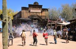Vaquero Gunfighters en el pueblo fantasma del yacimiento de oro Imagenes de archivo