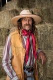 Vaquero occidental auténtico con el chaleco, el sombrero de vaquero y el retrato de cuero de la bufanda imagenes de archivo