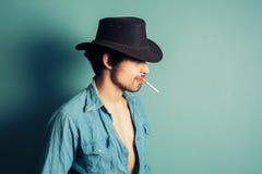 Vaquero que fuma un cigarrillo Foto de archivo