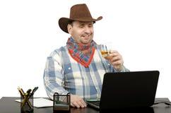 Vaquero que habla con los amigos en Skype Fotos de archivo