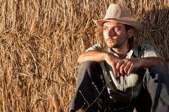 Vaquero que se sienta en la tierra fotografía de archivo libre de regalías
