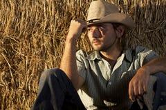 Vaquero que se sienta en la tierra fotos de archivo