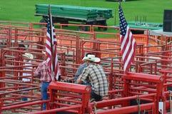 Vaquero Sitting en el cercado rojo Imagenes de archivo