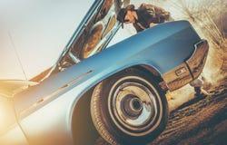 Vaquero y el coche quebrado fotos de archivo