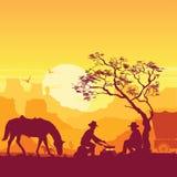 Vaqueros alrededor de una hoguera Paisaje americano occidental del desierto con los caballos ilustración del vector