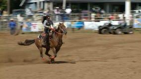 Vaqueros del rodeo - barril de las vaqueras que compite con en la cámara lenta - clip 4 de 5 almacen de metraje de vídeo