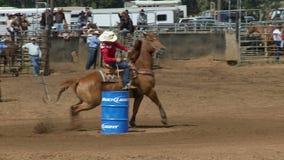 Vaqueros del rodeo - barril de las vaqueras que compite con en la cámara lenta - clip 5 de 5