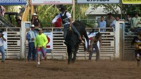 Vaqueros del rodeo - montar a caballo de Bull en la cámara lenta - clip 10 de 12