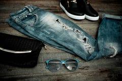 Vaqueros, gafas de sol, bolso y calzado rasgados de moda Fotos de archivo