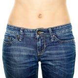 Vaqueros que llevan de la cintura de la mujer. Estómago de la pérdida de peso. imágenes de archivo libres de regalías