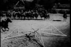 Vaqueros que saltan a caballo la cerca en un anillo de la demostración almacen de video