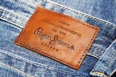 Vaqueros traseros del remiendo de Pepe Jeans London imagenes de archivo