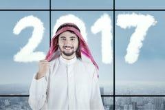 Varón árabe con los números 2017 en lugar de trabajo Imágenes de archivo libres de regalías