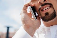 Varón árabe usando el teléfono elegante Imagen de archivo libre de regalías
