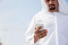 Varón árabe usando el teléfono elegante Fotos de archivo