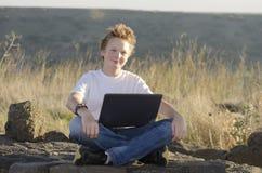Varón adolescente con el cuaderno Fotografía de archivo libre de regalías