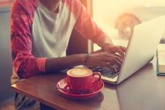 Varón adolescente en café Fotos de archivo