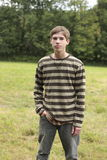 Varón adolescente en campo Foto de archivo