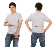 Varón adolescente que lleva la camisa gris en blanco Fotos de archivo
