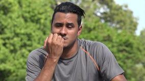 Varón adulto hispánico atlético nervioso almacen de metraje de vídeo