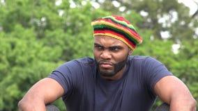 Varón adulto negro jamaicano enojado metrajes
