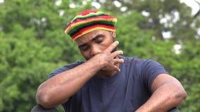 Varón adulto negro jamaicano triste almacen de video