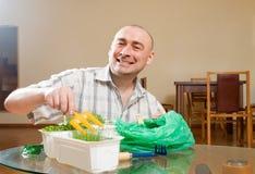 Varón adulto que cuida para los almácigos fotografía de archivo libre de regalías