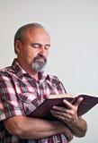 Varón adulto que lee la biblia Imagenes de archivo