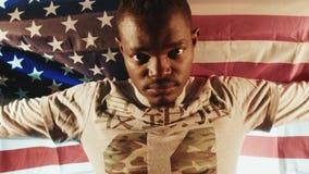 Varón afroamericano con la bandera americana en manos almacen de video