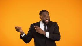 Varón afroamericano en el baile del traje de negocios, anuncio de la presentación, webinar almacen de metraje de vídeo