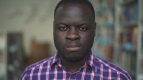 Varón afroamericano que mira in camera muy seriamente metrajes