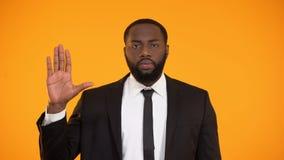 Varón afroamericano seguro de sí mismo en traje que jura un juramento, campaña electoral de  almacen de metraje de vídeo