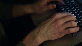 Varón anónimo en un ordenador portátil en la noche existencias Concepto de apego de Internet Trabajo en la PC del ordenador portá metrajes