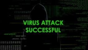 Varón anónimo que ataca con éxito el servidor por el virus, amenaza cibernética del crimen almacen de metraje de vídeo