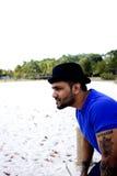 Varón asiático apto que mira hacia fuera y que piensa Imagen de archivo