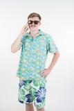 Varón atractivo en teléfono colorido de la llamada en el fondo blanco Fotografía de archivo