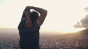 Varón blanco joven que estira sus brazos que admiran la ciudad y la naturaleza metrajes