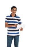 Varón casual indio con una tableta en el fondo blanco Fotografía de archivo libre de regalías