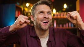 Varón caucásico sonriente que celebra la meta que anota del equipo preferido, triunfo en el torneo almacen de metraje de vídeo