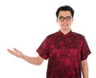 Varón chino del cheongsam que muestra la mano vacía Imagen de archivo