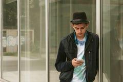 Varón con el teléfono móvil Fotografía de archivo libre de regalías