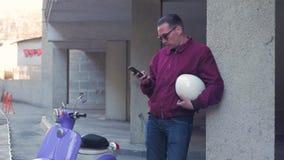 Varón con la moto almacen de metraje de vídeo
