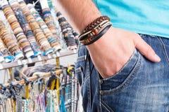 Varón con la pulsera de cuero Imagen de archivo libre de regalías