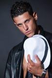 Varón con las tetas al aire de moda con el sombrero de ala blanco Imagenes de archivo