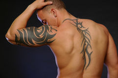 Varón con los tatuajes Imagenes de archivo