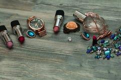 Varón de moda y artículos personales femeninos con el espacio en un fondo Bolso de cuero, zapatos, relojes, accesorios elegantes Foto de archivo libre de regalías