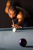 Varón del afroamericano que se alinea un tiro de la piscina Foto de archivo